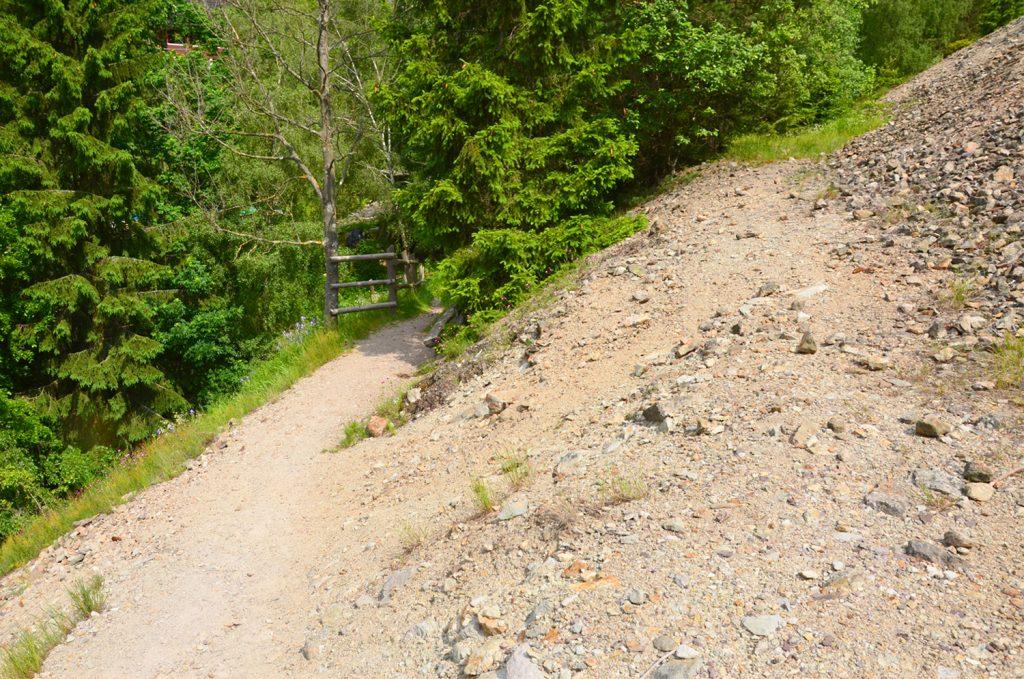 Z haldy môžete pokračovať ďalej po náučnom chodníku, alebo sa vrátite nazad do dediny