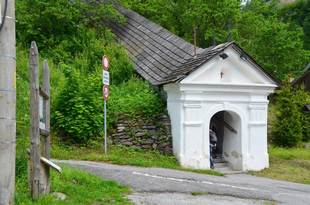 Do kostola v Španej Doline vedie 160 schodov