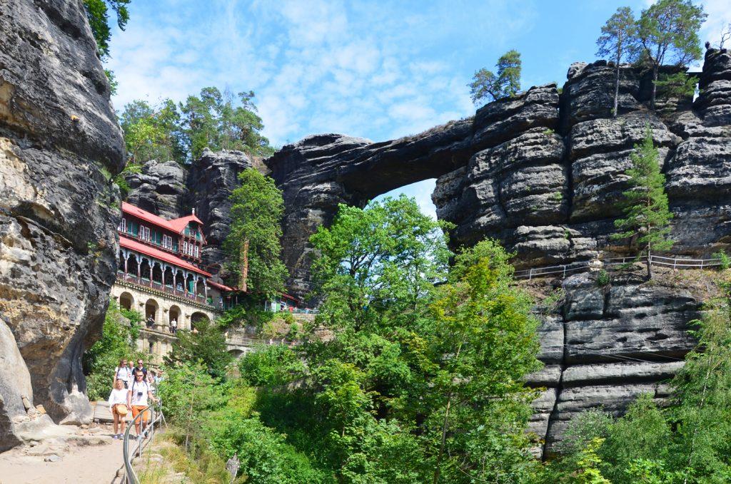 České Švajčiarsko - Pravčická brána - pohľad z turistického chodníka