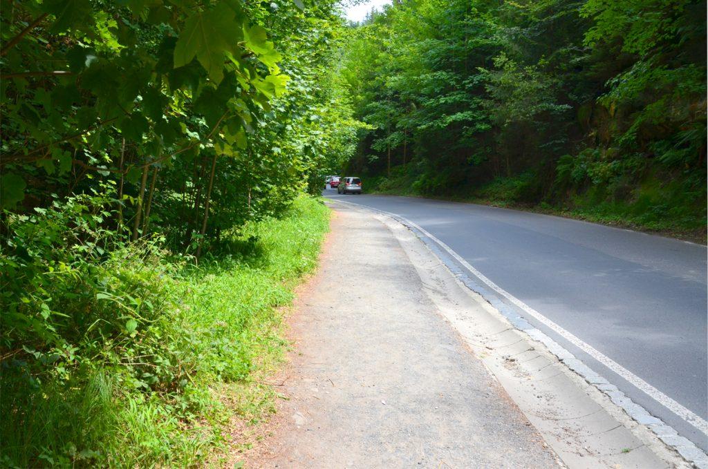 Asi 2 km pôjdete popri ceste