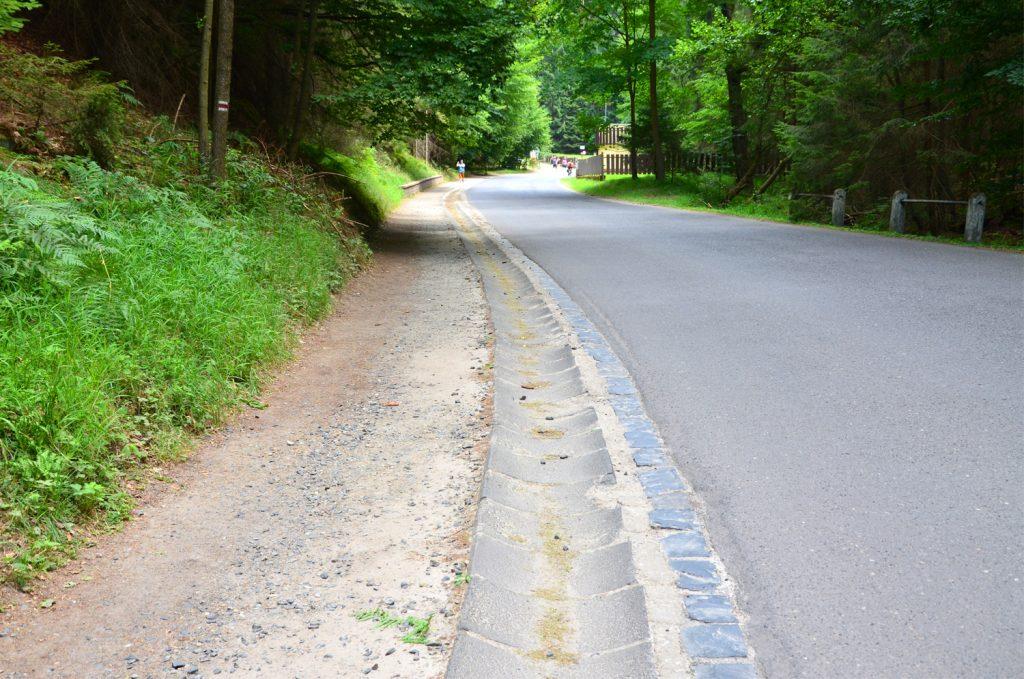 Cesta popri ceste