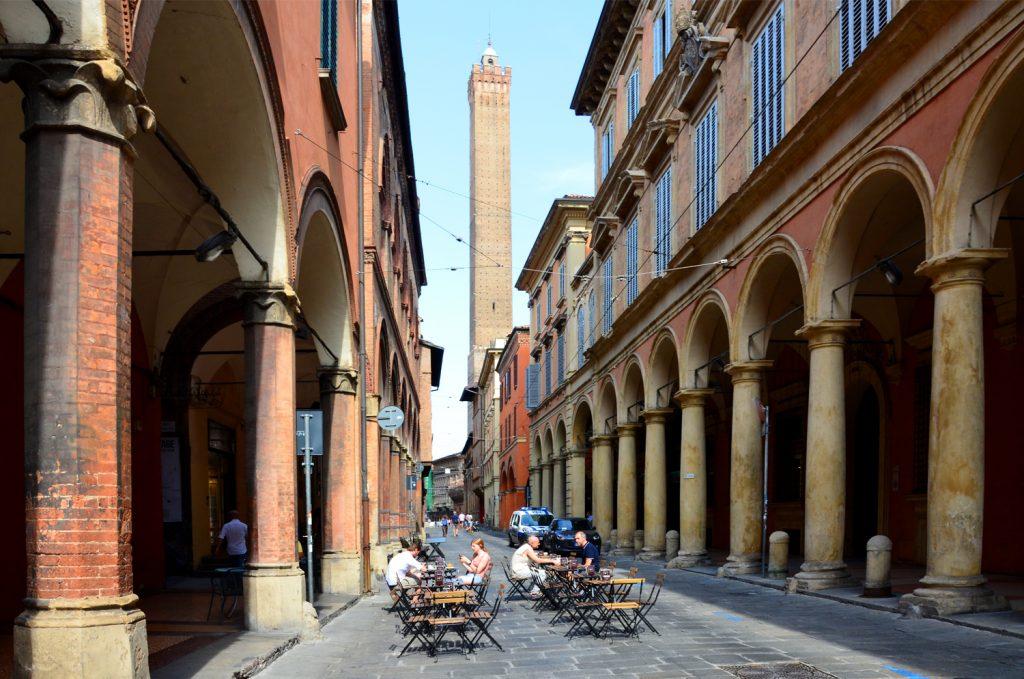 Bologna - kaviareň pod Torre degli Asinelli