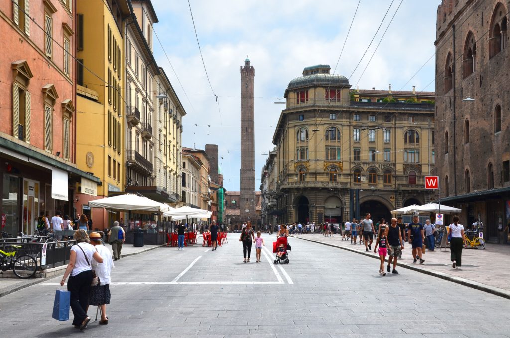 Bologna - Pešia zóna pred Torre degli Asinelli