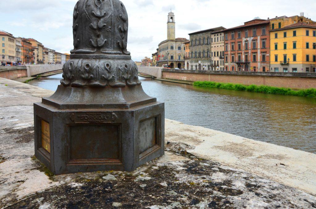 Mesto sa nachádza na brehoch rieky Arno