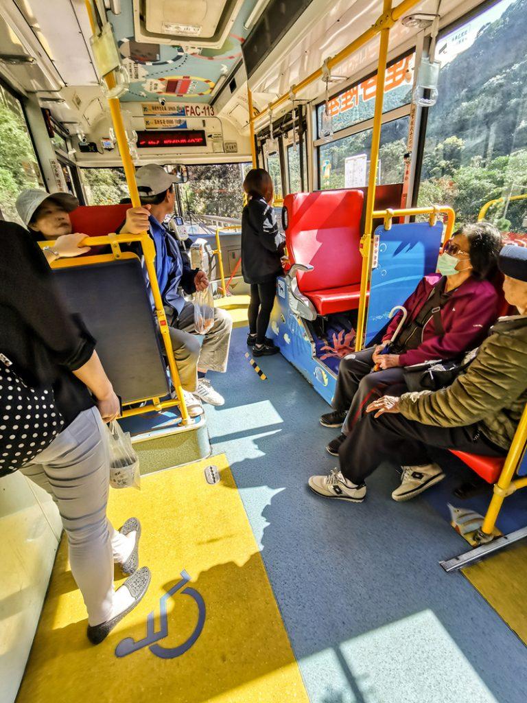 Domácich najlepšie spoznáte v autobuse