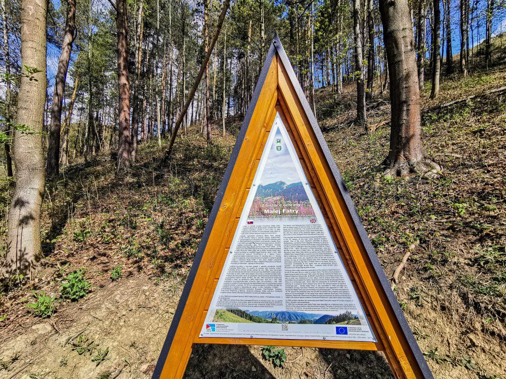 Okolo náučného chodníka sa nachádzajú tabule s informáciami o miestnej faune a flóre
