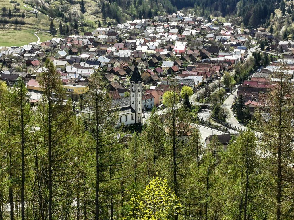 Dominantou obce Terchová je Kostol svätého Cyrila a Metoda