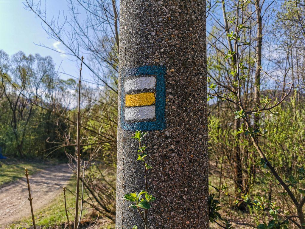 Rozhľadňa na vrchu Bobovec: Cestou na rozhľadňu treba sledovať žltú značku