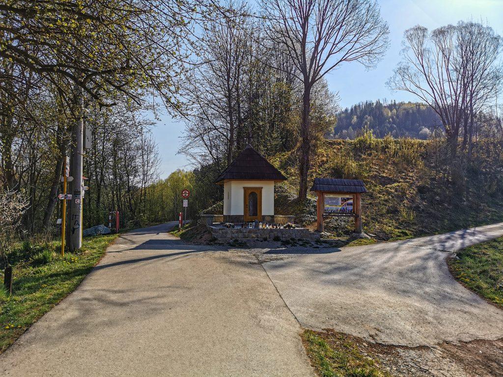 Rozhľadňa na vrchu Bobovec: Pri kaplnke máte na výber dve trasy