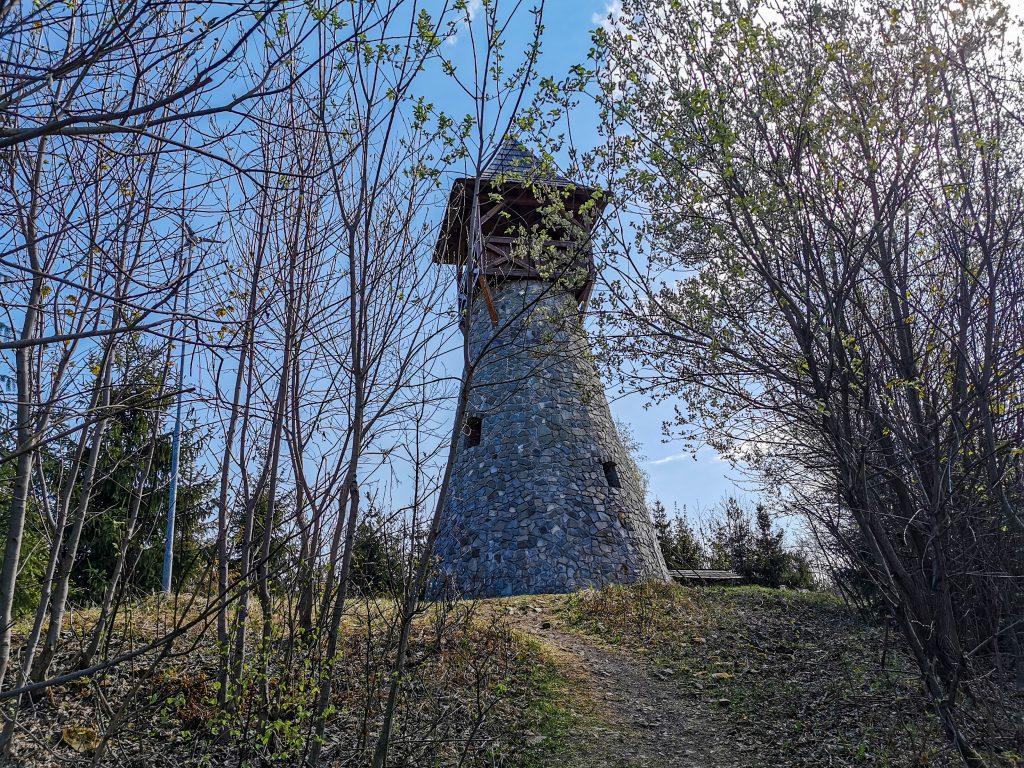 Rozhľadňa na vrchu Bobovec: K rozhľadni na Bobovci sa dostanete za približne 40 minút pohodovej chôdze