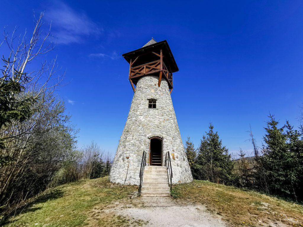 Rozhľadňa v Starej Bystrici je vybudovaná z kameňa a dreva
