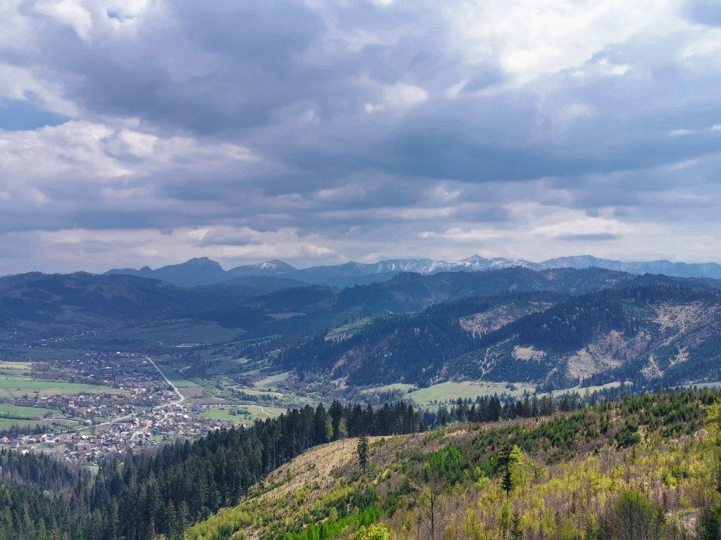 Z rozhľadne vidieť Bystrickú dolinu, údolie Krásna nad Kysucou i Malú Fatru.