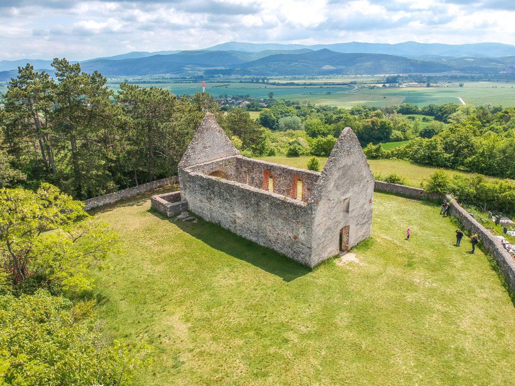 Románsky kostolík je najväčšou atrakciou obce Haluzice