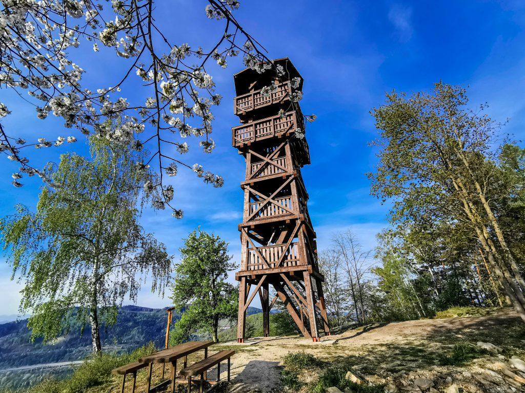 Vyhliadková veža Divinka je vysoká 19,2m