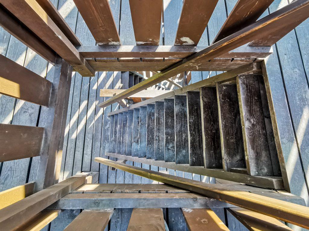 Schody na vežu sú dosť strmé