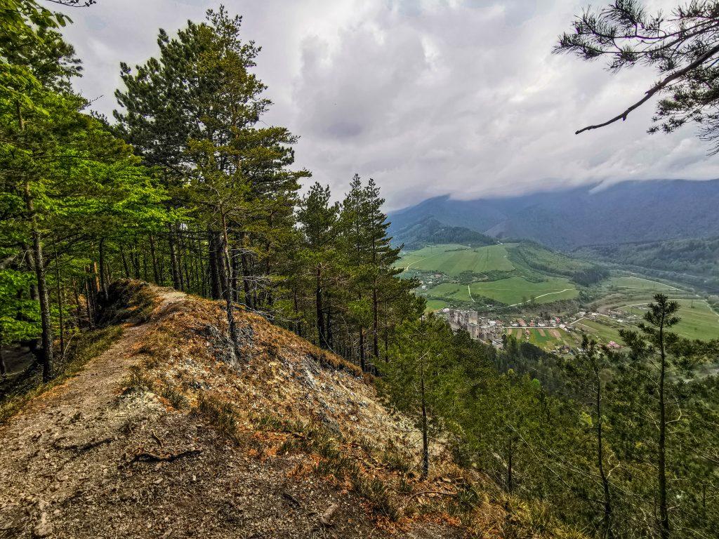 Rozhľadňa Špicák - trasa: Tesne pod vyhliadkou je prvý krásny výhľad na Hrad Strečno