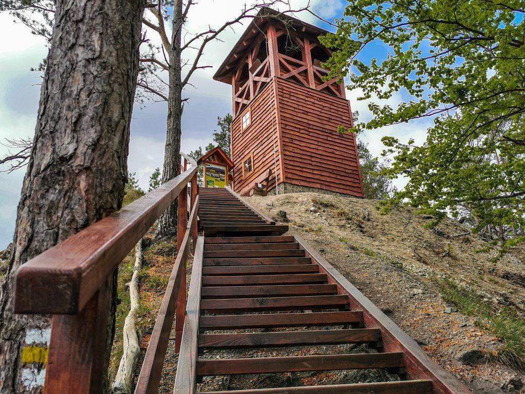 Rozhľadňa na vrchu Špicák sa nachádza vo výške 620 metrov