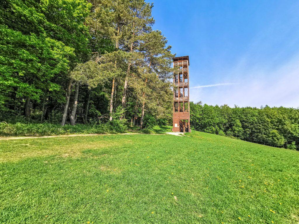 Vyhliadková veža Trenčianská Závada je vysoká 24,6m