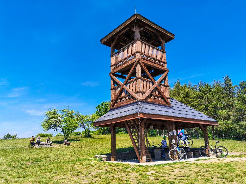 Okolo rozhľadne vedie obľúbená cyklotrasa z Trenčína do Selca
