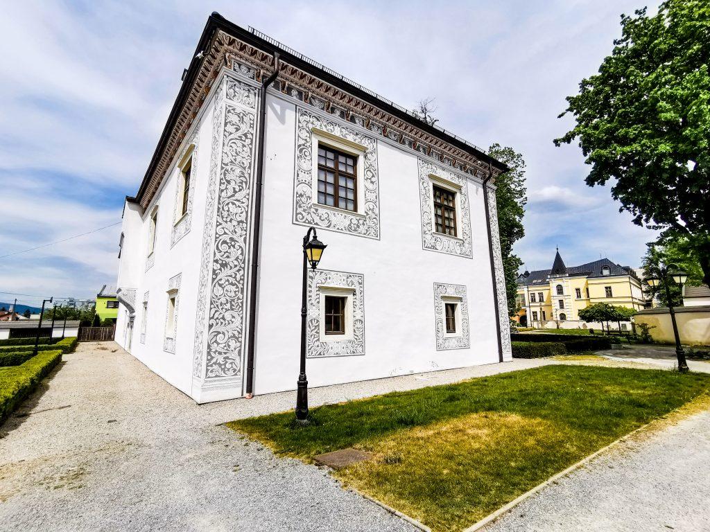Sobášny palác pri kaštieli je jednoposchodová budova s obdĺžnikovým pôdorysom