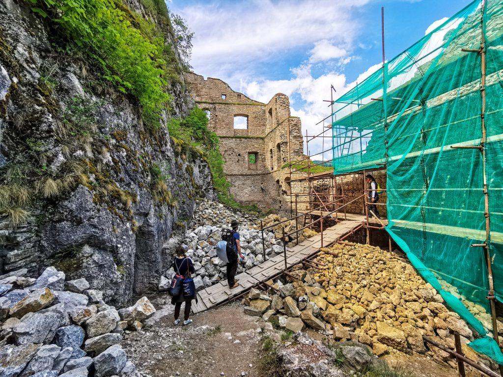 Napriek rekonštrukcii si cestu na hrad našlo mnoho ľudí