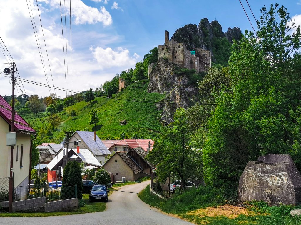 Hrad Lednica z dediny