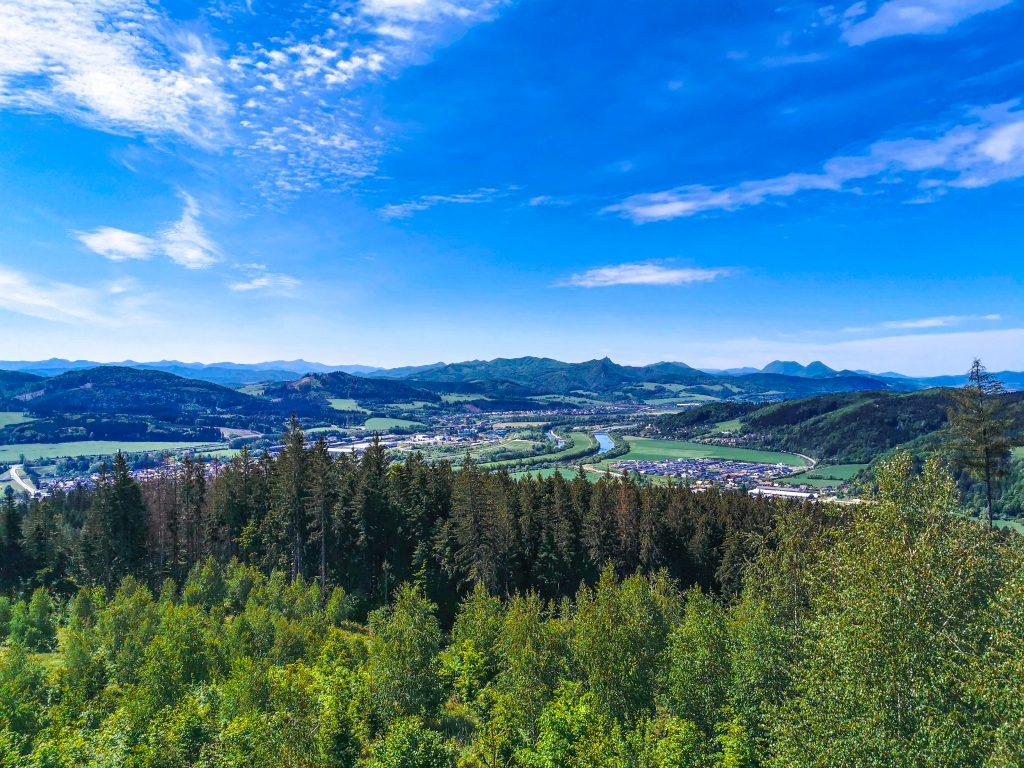 Naskytne sa vám nádherný výhľad do údolia Váhu , diaľnicu pred Žilinou, Javorníky, Súľovské vrchy, vodnú nádrž Hričov, Malú a Veľkú Fatru.