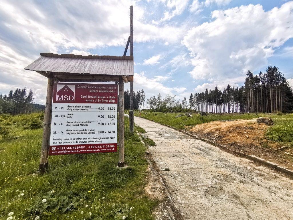 Cestou k múzeu zmizli stromy...V minulosti tu bol krásny les