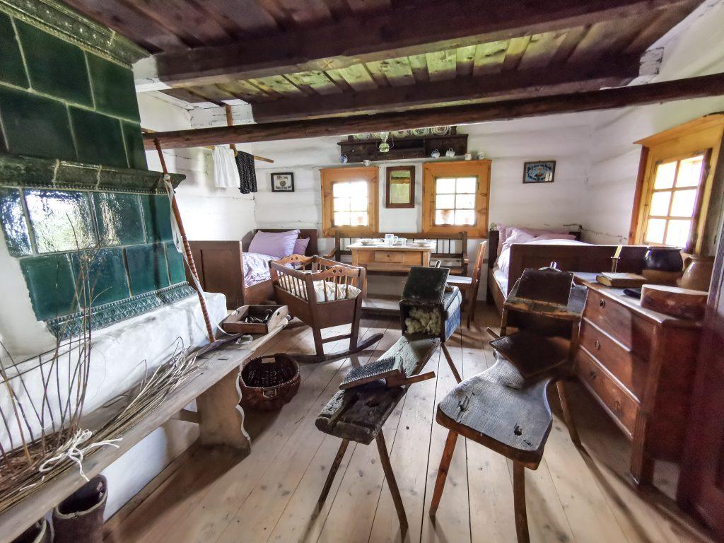 Typický interiér obydlia na dedine začiatkom 20. storočia