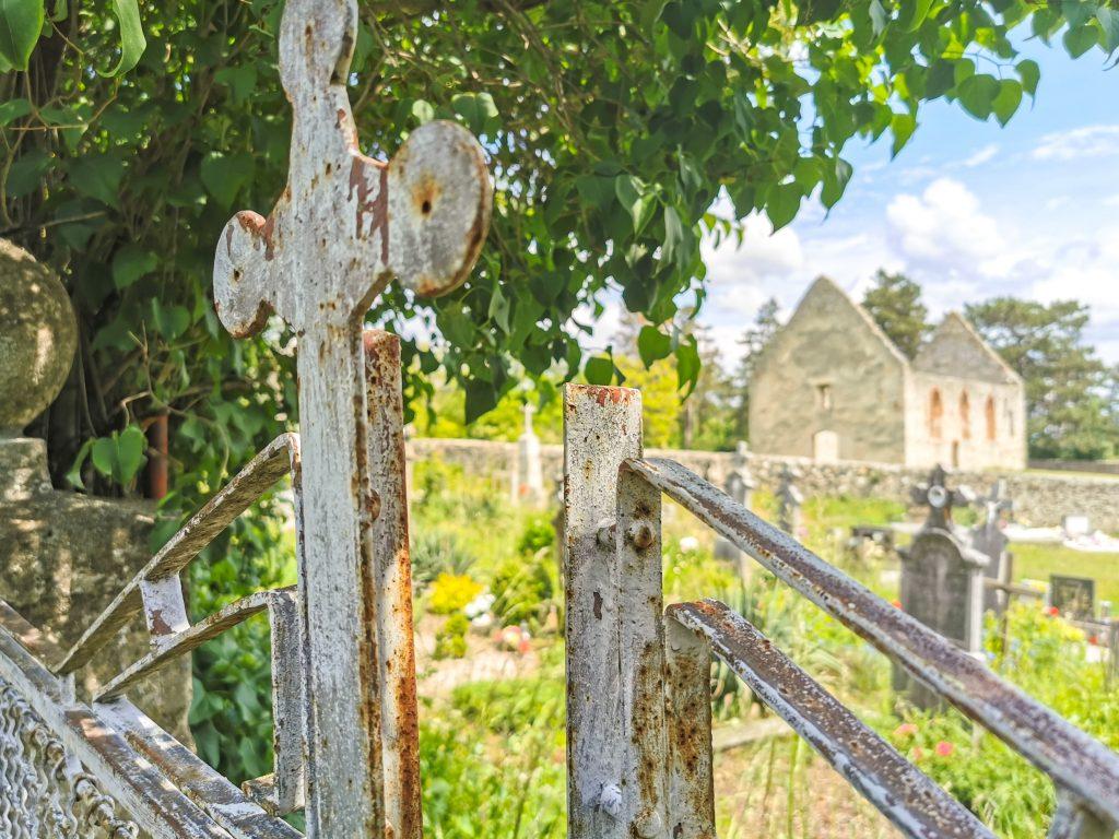Ruiny románskeho kostola v Haluziciach sa nachádzajú vedľa cintorína