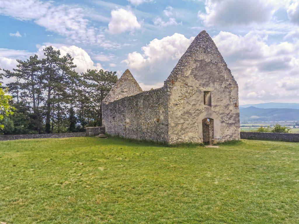 Kostol v Haluziaciach sa prvý krát spomína už v roku 1299, kde ho dobylo vojsko Matúša Čáka.