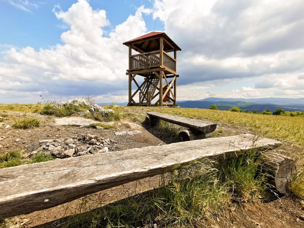 Vedľa rozhľadne na vrchu Hájnica sa nachádza ohnisko a lavičky