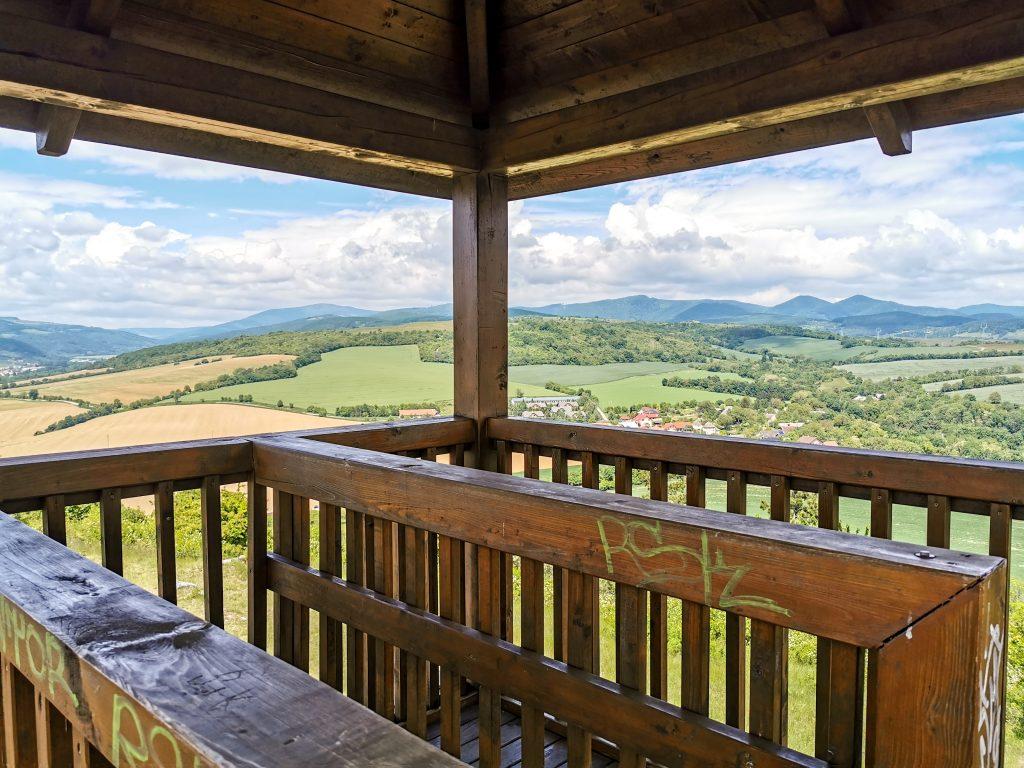 Rozhľadňa nad obcou Haluzice je postavená z dreva