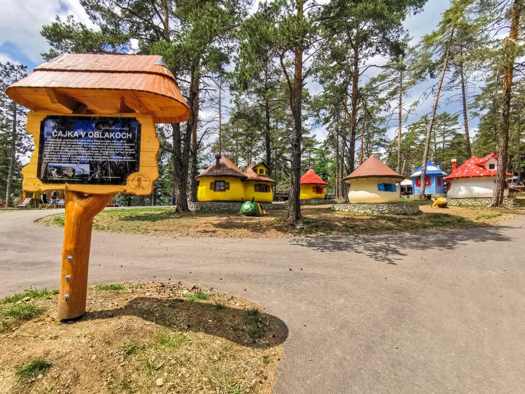 Pri vstupe k Rozhľadni Bojnice vás privíta šmolkovská dedinka