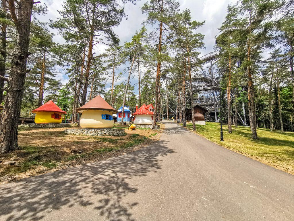 Šmolkové domčeky sú roztrúsené v lese