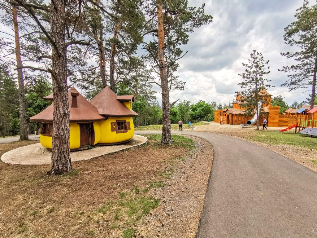 Vyhliadka Bojnice - dedinka v lese