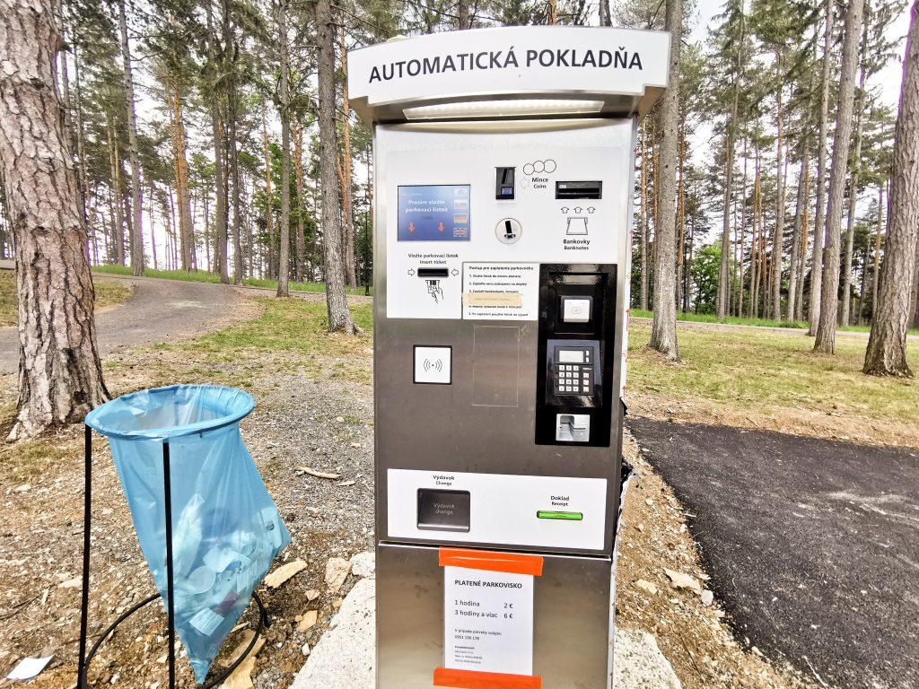 Platba prebieha v automatickej pokladni