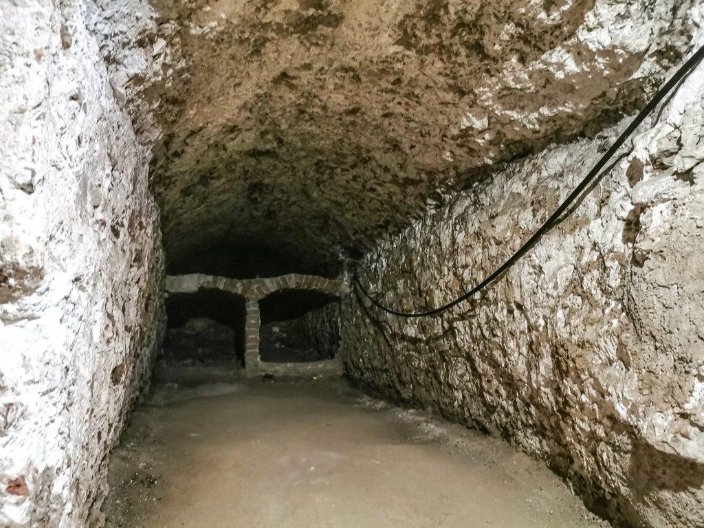 V priestore katakomb nájdete tiež miesta pre pozostatky mŕtvych na spôsob pece, zvané lokuly