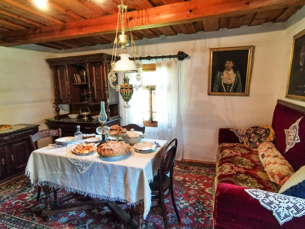 Skanzen Pribylina – Múzeum liptovskej dediny: Interiér zemianskej kúrie z obce Paludza