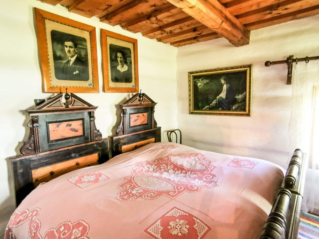 Interiér zemianskej kúrie z obce Paludza