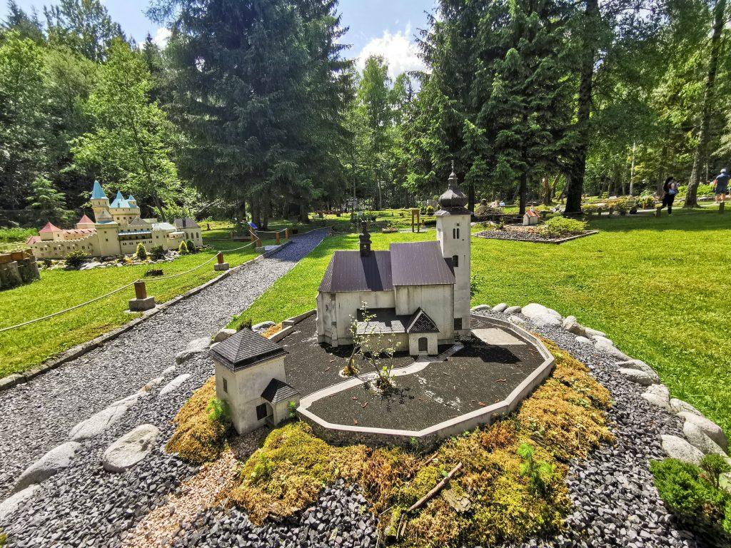 Všetky modely v parku sú zhotovené zo stavebných materiálov ako betón, drevo, rôzne lepidlá...