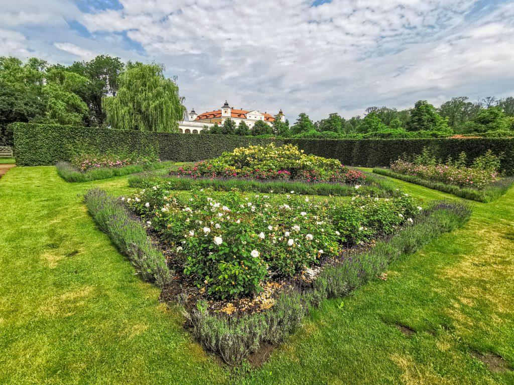 Záhrada Milotického zámku je naozaj veľmi pekná
