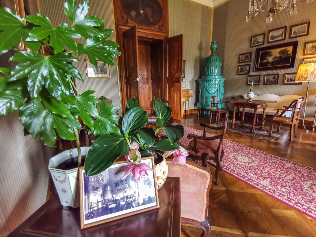 Zámok Milotice - V každej miestnosti sa nachádzajú dobové fotografie