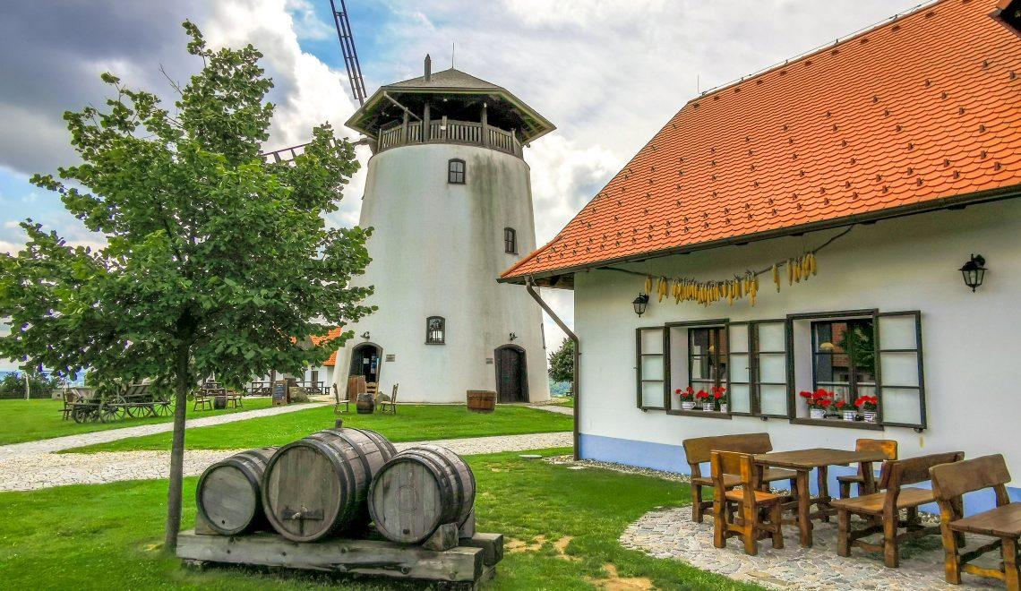 Veterný mlyn Bukovany je vysoký 15m