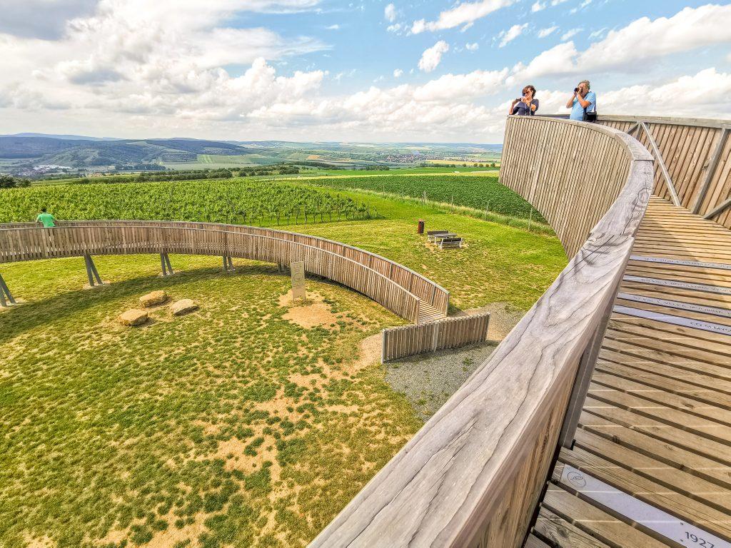 Rozhľadňa na vrchu kobylí je postavená z dreva a ocele