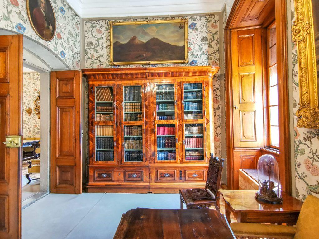 Knižnica obsahuje knihy v rôznych svetových jazykoch