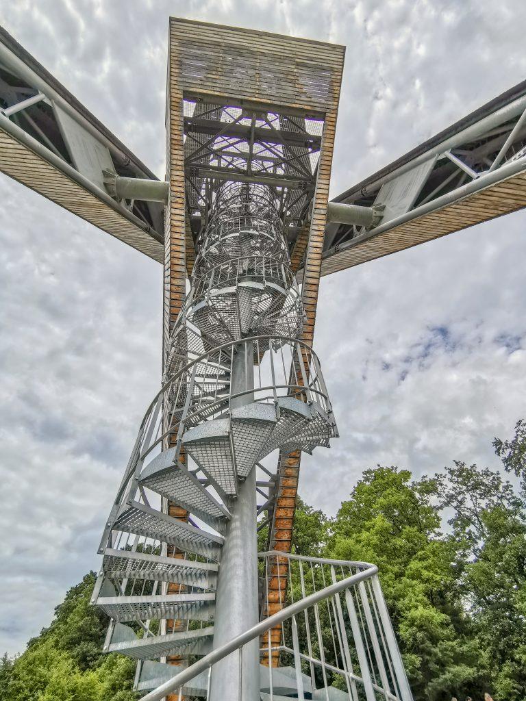 Na vrch rozhľadne vedie 112 schodov