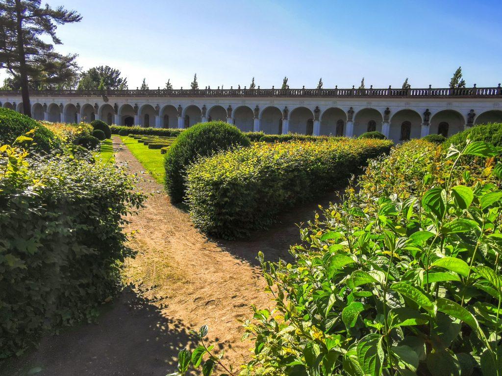 Pohľad na kolonádu zo záhrady