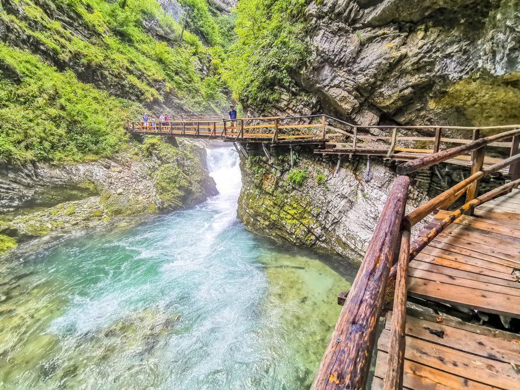 Tiesňava Vintgar - prechádzate po chodníkoch a mostíkoch