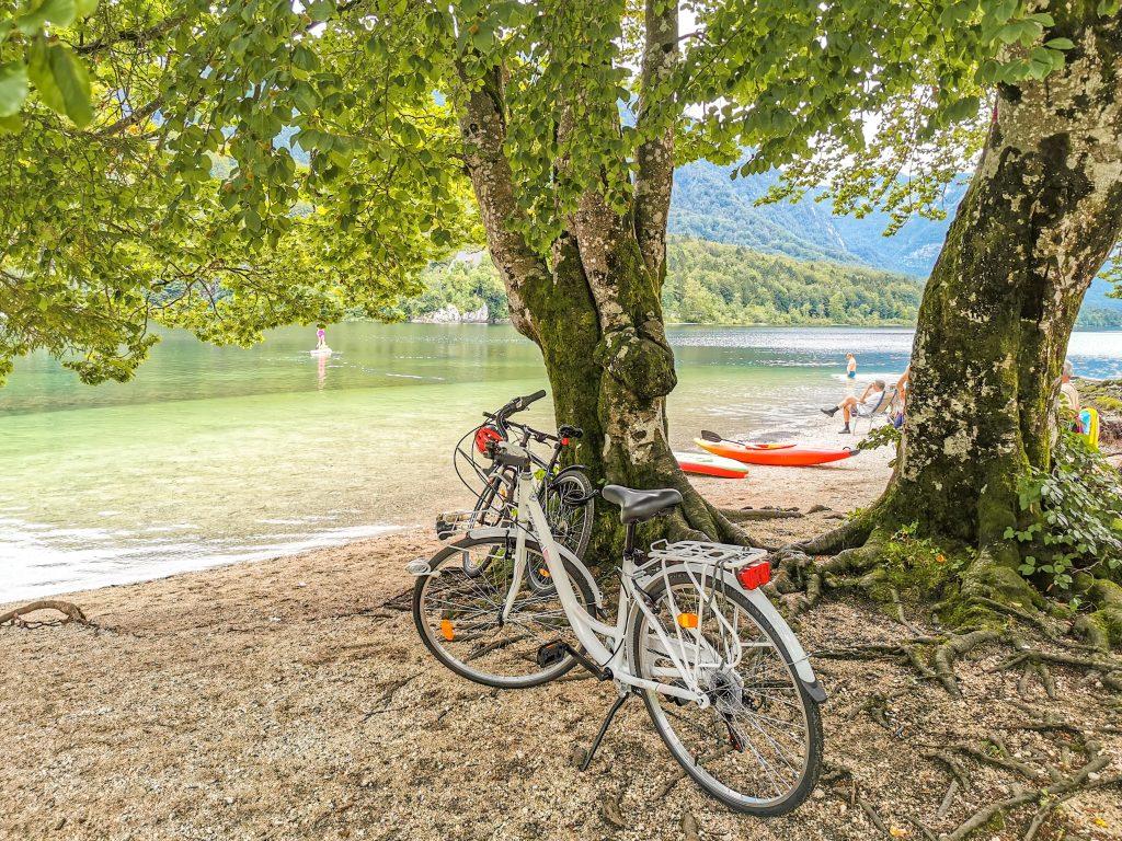 Jazero Bohinj - nádherná pláž pri jazere